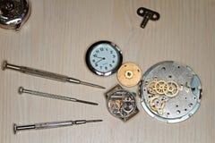 Υπόβαθρο παλαιά αποσυντεθειμένα ρολόγια και εργαλεία επισκευής Στοκ Εικόνες