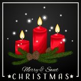 Υπόβαθρο περιόδου διακοπών Χριστουγέννων με το κερί Χριστουγέννων με την πυρκαγιά, τον κλάδο πεύκων και το εύθυμο & γλυκό κείμενο ελεύθερη απεικόνιση δικαιώματος