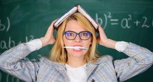 Υπόβαθρο πινάκων κιμωλίας μανδρών δαγκωμάτων βιβλίων λαβής γυναικών Μάθετε εμπνέει το δάσκαλο Ενθαρρυντικό κίνητρο σπινθήρων δασκ στοκ φωτογραφίες