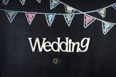 Υπόβαθρο πινάκων κιμωλίας με τις σημαίες υφάσματος σχεδίων Δαχτυλίδια και γάμος Στοκ φωτογραφία με δικαίωμα ελεύθερης χρήσης