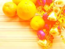 Υπόβαθρο πορτοκαλιών & λουλουδιών με το πράσινο υπόβαθρο λωρίδων Στοκ Εικόνες