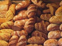 Υπόβαθρο πολλών μικτών ψωμιών και ρόλων Στοκ εικόνα με δικαίωμα ελεύθερης χρήσης