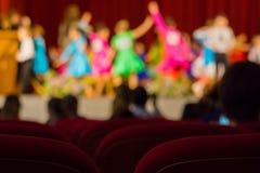 Υπόβαθρο - πρωταθλήματα παιδιών ` s στους χορούς αιθουσών χορού - ρολόι γονέων από την αίθουσα συνεδριάσεων Στοκ Εικόνες
