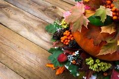 Υπόβαθρο πτώσης με τα λαχανικά, τα μούρα και τα φύλλα, διάστημα αντιγράφων Στοκ Εικόνα