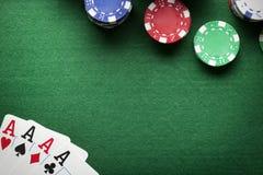 Υπόβαθρο πόκερ - τσιπ και κάρτες στον πράσινο πίνακα Στοκ Φωτογραφία