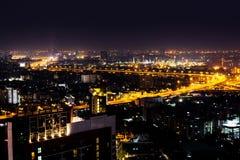 Υπόβαθρο πόλεων της Μπανγκόκ scape τη νύχτα Μητρόπολη της Μπανγκόκ στοκ φωτογραφία με δικαίωμα ελεύθερης χρήσης