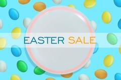 Υπόβαθρο πώλησης Πάσχας Άσπρο πιάτο στο υπόβαθρο με τα ζωηρόχρωμα αυγά Πάσχας r Αφίσα ή ιπτάμενο Πωλήσεις διακοπών ελεύθερη απεικόνιση δικαιώματος
