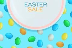 Υπόβαθρο πώλησης Πάσχας Άσπρο πιάτο στο υπόβαθρο με τα ζωηρόχρωμα αυγά Πάσχας r Αφίσα ή ιπτάμενο Πωλήσεις διακοπών διανυσματική απεικόνιση