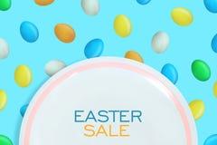 Υπόβαθρο πώλησης Πάσχας Άσπρο πιάτο στο υπόβαθρο με τα ζωηρόχρωμα αυγά Πάσχας r Αφίσα ή ιπτάμενο Πωλήσεις διακοπών απεικόνιση αποθεμάτων