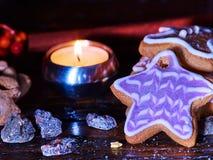Υπόβαθρο ραβδιών κανέλας με το άτομο μελοψωμάτων Χριστουγέννων στον ξύλινο πίνακα Στοκ Φωτογραφία