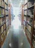 Υπόβαθρο ραφιών θαμπάδων στη βιβλιοθήκη στοκ εικόνα