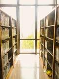 Υπόβαθρο ραφιών θαμπάδων στη βιβλιοθήκη στοκ φωτογραφίες