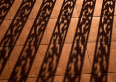 Υπόβαθρο σκιαγραφιών του κάγγελου, αρχιτεκτονικό στοιχείο, ελαφριά σκιά σκουληκιών στο έδαφος Στοκ Εικόνες