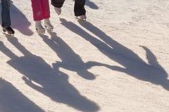 Υπόβαθρο σκιών της οικογένειας στην αίθουσα παγοδρομίας πάγου Στοκ Εικόνες
