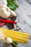 Υπόβαθρο σκόρδου, πιπεριών, βασιλικού, ζυμαρικών και παρμεζάνας Στοκ Εικόνα