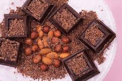 Υπόβαθρο σοκολάτας τροφίμων Κομμάτια της σκοτεινής πικρής σοκολάτας με το κακάο στοκ εικόνα με δικαίωμα ελεύθερης χρήσης