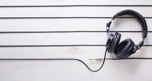 Υπόβαθρο στούντιο μουσικής τέχνης με τα ακουστικά του DJ Στοκ Εικόνες