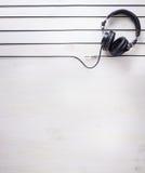 Υπόβαθρο στούντιο μουσικής τέχνης με τα ακουστικά του DJ Στοκ Φωτογραφίες