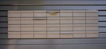 Υπόβαθρο σχεδίων ταχυδρομικών θυρίδων σε γκρίζο στοκ εικόνα