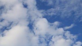 Υπόβαθρο σύννεφων ενάντια στο μπλε ουρανό απόθεμα βίντεο