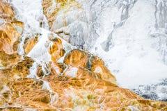 Υπόβαθρο σύστασης βράχου ηφαιστείων - μαμμούθ καυτά ελατήρια yellowston Στοκ Φωτογραφία