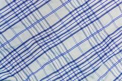 Υπόβαθρο, σύσταση ενός ελεγμένου γκρίζου υφάσματος με τα μπλε λωρίδες Στοκ φωτογραφία με δικαίωμα ελεύθερης χρήσης