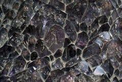Υπόβαθρο, σύσταση - druse των μη επεξεργασμένων αμεθύστινων κρυστάλλων Στοκ Φωτογραφία