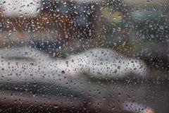 Υπόβαθρο της κίνησης των πτώσεων βροχής σε ένα γυαλί παραθύρων σε μια βροχερή ημέρα Στοκ εικόνα με δικαίωμα ελεύθερης χρήσης
