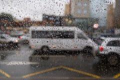 Υπόβαθρο της κίνησης των πτώσεων βροχής σε ένα γυαλί παραθύρων σε μια βροχερή ημέρα Στοκ Φωτογραφίες