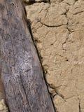 Υπόβαθρο της ξύλινης σανίδας στη λάσπη, τοίχος αργίλου στοκ εικόνες