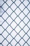 Υπόβαθρο της τετραγωνικής μπλε αλιείας με δίχτυα σχαρών μετάλλων που καλύπτεται με το χνούδι Στοκ Εικόνες