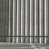 Υπόβαθρο τοίχων αρχιτεκτονικής στους μονοχρωματικούς τόνους Στοκ φωτογραφία με δικαίωμα ελεύθερης χρήσης
