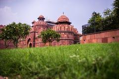 Υπόβαθρο τουρισμού ταξιδιού της Ινδίας - κόκκινη περιοχή παγκόσμιων κληρονομιών οχυρών ο μαύρος κοινός τρόπος ατόμων του Δελχί Ιν Στοκ εικόνα με δικαίωμα ελεύθερης χρήσης