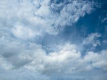 Υπόβαθρο του άσπρου νεφελώδους ουρανού Άσπρος σωρείτης στον ουρανό στοκ εικόνα