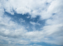 Υπόβαθρο του άσπρου νεφελώδους ουρανού Άσπρος σωρείτης στον ουρανό στοκ φωτογραφία
