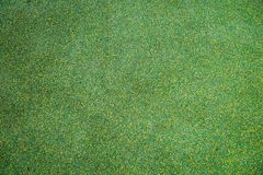 Υπόβαθρο του επενδεδυμένου με καουτσούκ επιστρώματος που χρησιμοποιείται για παιδιών και χώρους αθλήσεων πράσινους και κίτρινους στοκ φωτογραφία