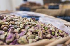 Υπόβαθρο του καλαθιού των φυστικιών χωρίς κοχύλια στην αγορά, εκλεκτική εστίαση στοκ εικόνα