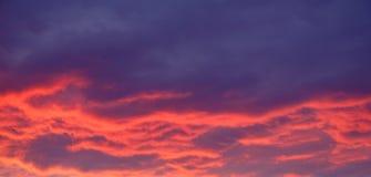 Υπόβαθρο του κόκκινων ουρανού και των σύννεφων βραδιού Στοκ φωτογραφίες με δικαίωμα ελεύθερης χρήσης