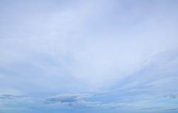 Υπόβαθρο του μπλε ουρανού και μερικών μαλακών άσπρων σύννεφων Στοκ Εικόνες