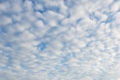 Υπόβαθρο του μπλε ουρανού και των αερωδών άσπρων σύννεφων Πλήρης πληθυσμός Εκλεκτική εστίαση στοκ εικόνες