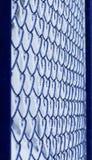 Υπόβαθρο του μπλε πηχακιού μετάλλων πλέγματος που καλύπτεται με το χνουδωτό λευκό Στοκ φωτογραφία με δικαίωμα ελεύθερης χρήσης