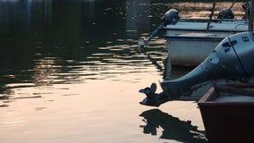 Υπόβαθρο του μπλε αλιευτικού σκάφους με την εξωτερική μηχανή απόθεμα βίντεο