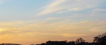 Υπόβαθρο του ουρανού και των δέντρων στο χρόνο ηλιοβασιλέματος, λυκόφως Στοκ φωτογραφίες με δικαίωμα ελεύθερης χρήσης