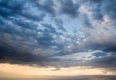 Υπόβαθρο του ουρανού με τα σύννεφα στο ηλιοβασίλεμα Στοκ φωτογραφία με δικαίωμα ελεύθερης χρήσης