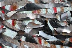 Υπόβαθρο του παλαιού τοίχου με τις άβαφες χρωματισμένες γραμμές Διάτρητο με την καλύπτοντας ταινία Κόκκινα μαύρα και μπλε στρώματ στοκ εικόνα
