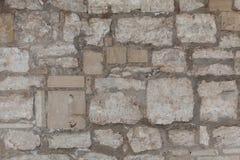 Υπόβαθρο του παλαιού εκλεκτής ποιότητας βρώμικου τοίχου πετρών με το ασβεστοκονίαμα αποφλοίωσης Στοκ Εικόνες