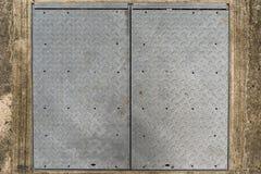 Υπόβαθρο του παλαιού πιάτου διαμαντιών μετάλλων στο τσιμεντένιο πάτωμα Στοκ φωτογραφία με δικαίωμα ελεύθερης χρήσης