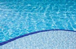 Καθαρίστε το μπλε νερό στην πισίνα Στοκ εικόνες με δικαίωμα ελεύθερης χρήσης