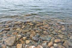 Καθαρίστε το νερό και τους βράχους. Στοκ Φωτογραφίες