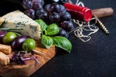 Υπόβαθρο τροφίμων, αγροτικός πίνακας με τα χορτάρια τυριών και κρασί Στοκ φωτογραφίες με δικαίωμα ελεύθερης χρήσης